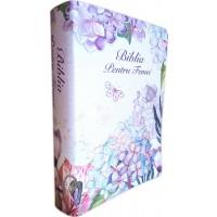 Biblia de studiu pentru femei, marime medie, culoare alba, model floral, margini argintii, cuv. lui Isus cu rosu