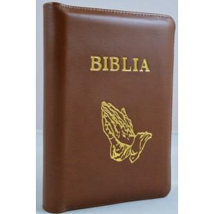 Biblie din piele, marime medie, culoare maro, fermoar, maini in rugaciune, margini albe,cuv. lui Isus cu rosu [053]