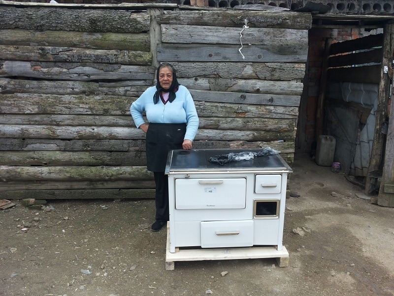O mama singura cu 4 copii a primit o soba noua pentru foc si gatit